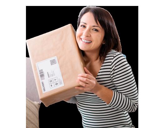 Mulher sorrindo segurando uma caixa de encomendas